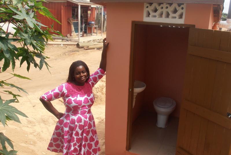 Eine WASHKing Toilettenbesitzerin vor ihrer Toilette