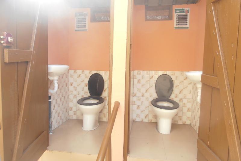 Zwei fertige WASHKing Bio-Toiletten