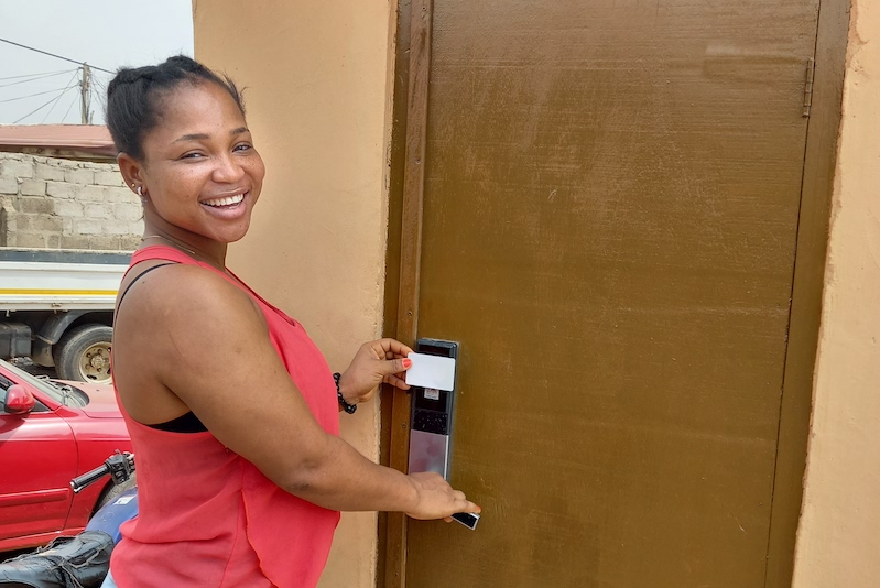 Frau öffnet WASHKing Toilette mit Schlüsselkarte